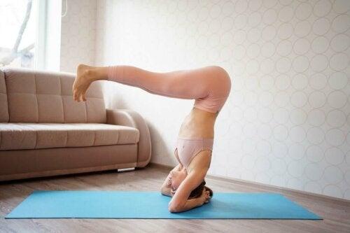 Kvinde laver pilates øvelser i stue