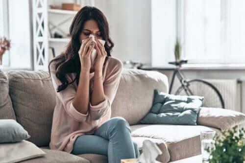 Kvinde pudser næse grundet symptomer på astma og rhinitis