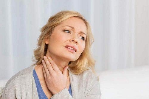 Kvinde har smerter i halsen