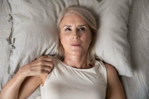 Kvinde ligger søvnløs grundet natteangst