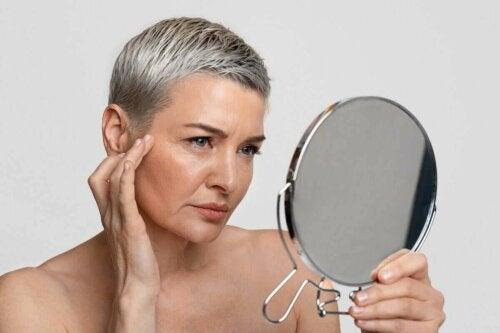 Kvinde ser sig i spejl