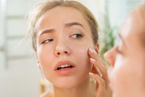 Hvad er gængse årsager til tør hud?