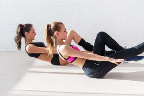 Kvinder træner indenfor