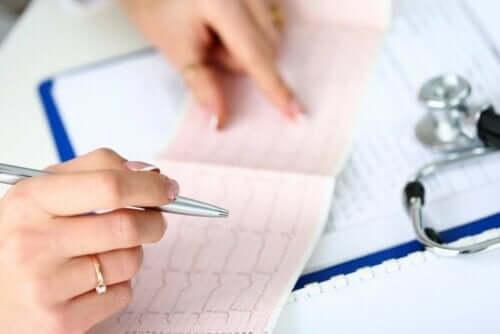 Læge, der analyserer hjertefrekvens