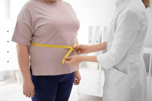Læge måler patients maveomkreds