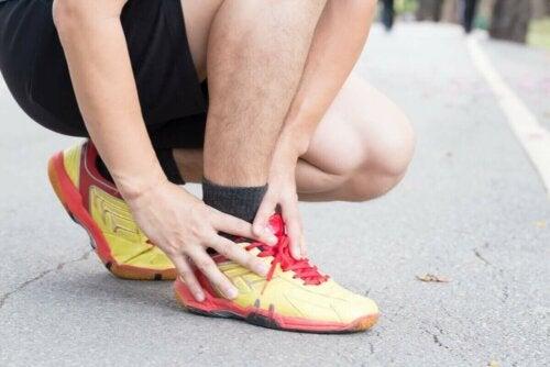 Løber, der tager sig selv ankel, har brug for behandlingen af seneskedehindebetændelse