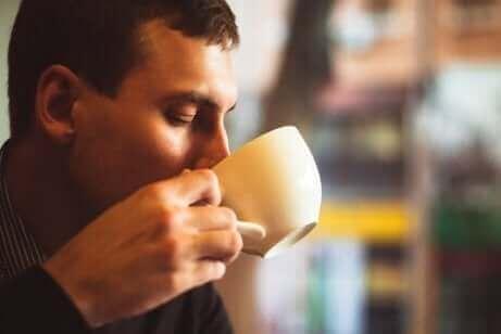 Mand med kaffekop og sunde vaner for at drikke kaffe