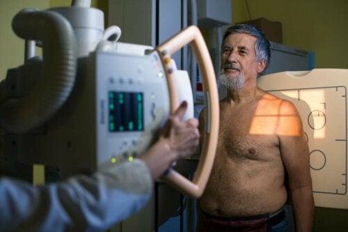 Mand får lavet undersøgelser til at diagnosticere hjertesygdomme