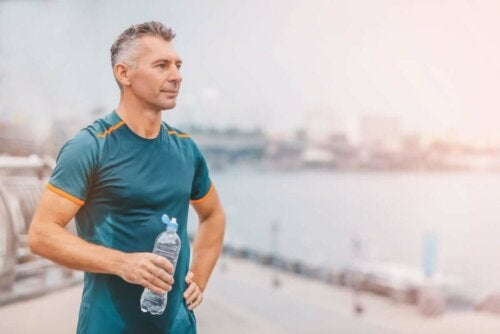 Mand motionerer for at forebygge aldring af immunsystemet