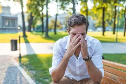 Mand, der tager sig til næse i park, oplever astma og rhinitis