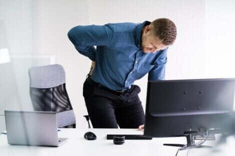 En mand med ondt i ryggen har en diskusprolaps