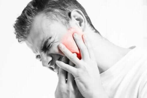 Mand oplever smerte grundet luksation af kæbeleddet