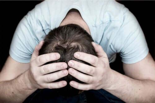 Mand tager sig til hoved grundet et mentalt sammenbrud