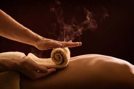 Massage med varmt håndklæde
