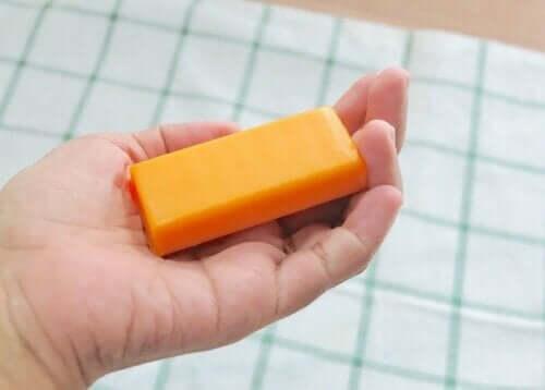Person, der holder en orange sæbe