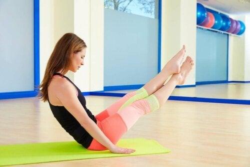 Kvinde træner mave med pilates