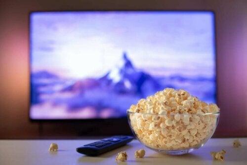 Skål med popcorn foran fjernsyn