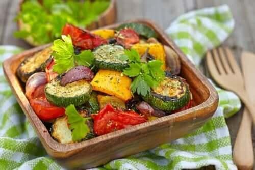 Ristet salat i træfad