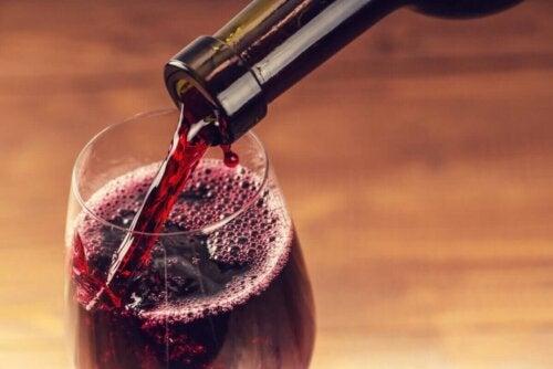 Rødvin hældes op i glas