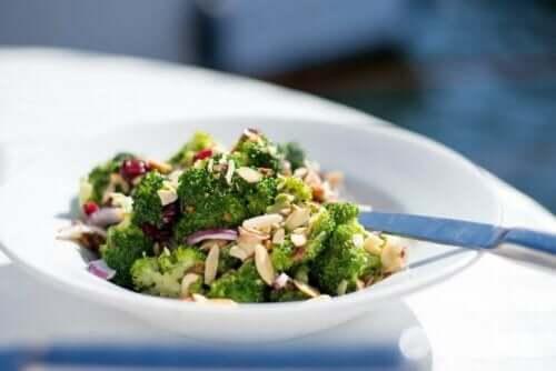 Salat med broccoli