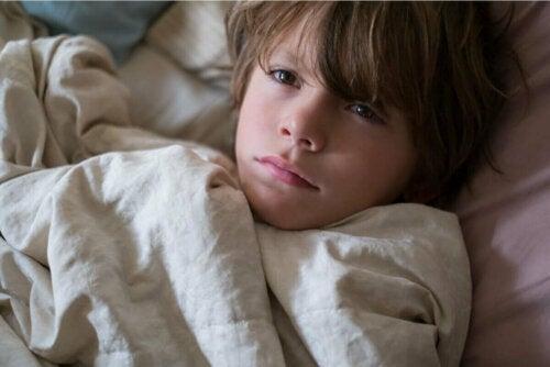 Søvnløs dreng kan opleve mørke rander under øjnene på børn