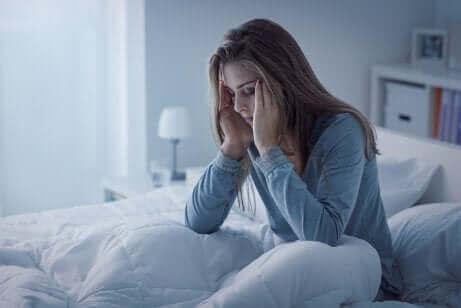 Søvnløs kvinde i seng