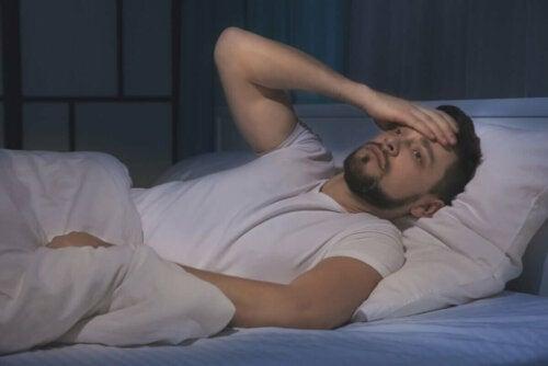 Mand oplever søvnløshed på grund af stress