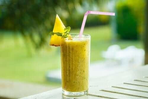 Ananasjuice er eksempel på naturlige midler mod knæproblemer