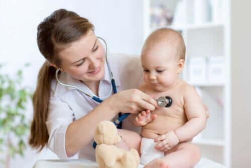 Baby undersøges for buler ved korsbenet