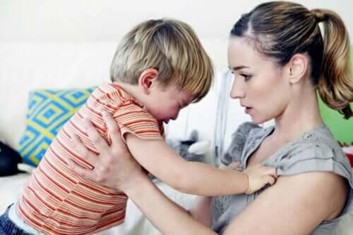 Mor med grædende barn