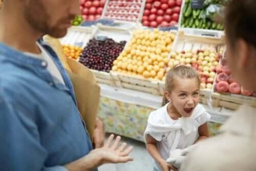 Et overforkælet barn råber i supermarked