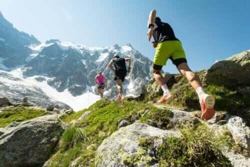 Personer løber i bjergene