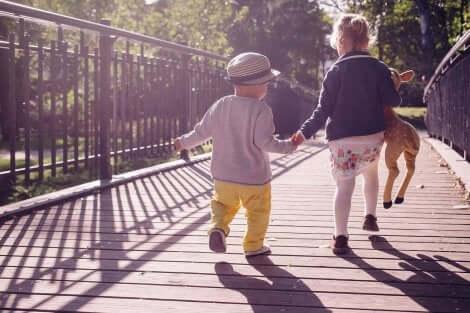 Disse to børn er ude at gå tur