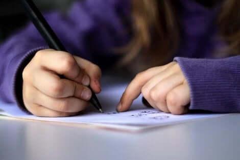 Barn skriver brev