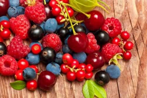 Forskellige bær er eksempel på røde frugter og grøntsager