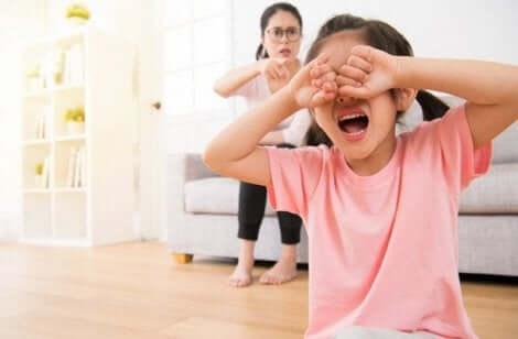 Mor skælder grædende pige ud