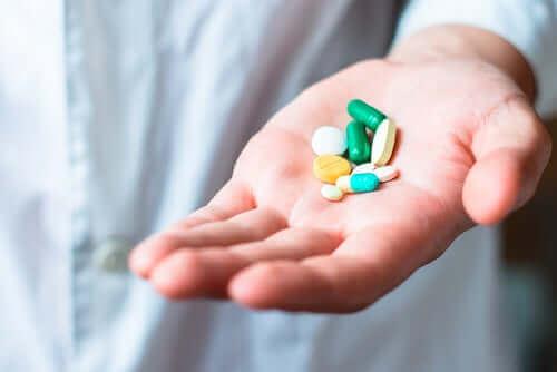 Person med piller i hånden