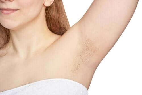 Hvorfor har vi hår i armhulen?