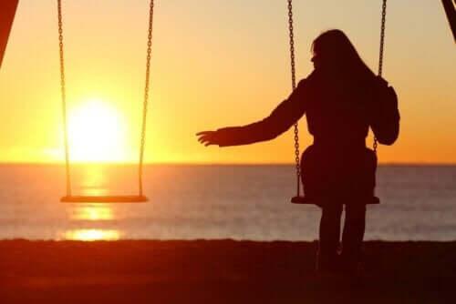 Kvinde sidder alene på gynge