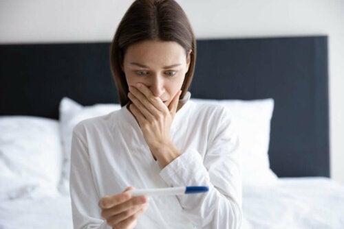 Kvinde chokeret over graviditetstests