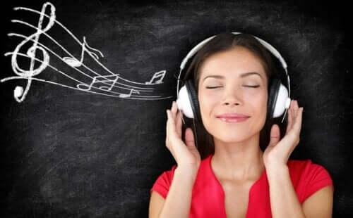 kvinde der hører musik