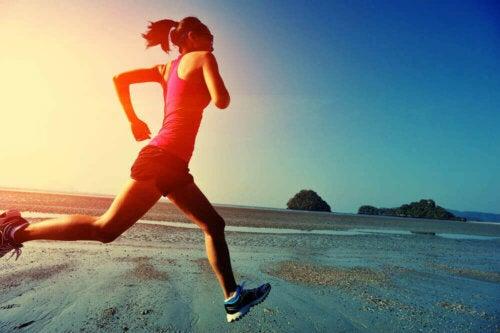Kvinde, der løber på en strand