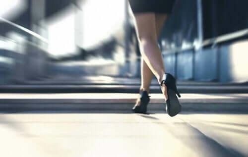 Kvinde går i høje hæle