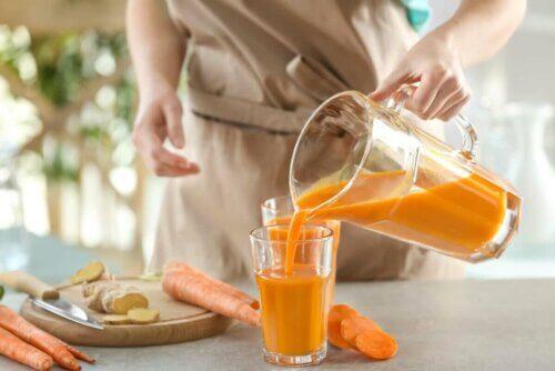 Kvinde laver hjemmelavet gulerodsjuice