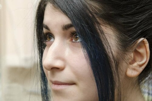 Kvinde viser eksempel på forskellige næseformer