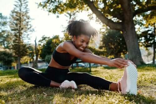 Kvinde laver dynamiske udstrækningsøvelser før løb