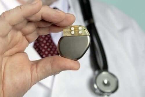 Læge, der holder en pacemaker