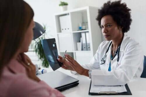 Læge taler med patient om sekret fra brystvorter