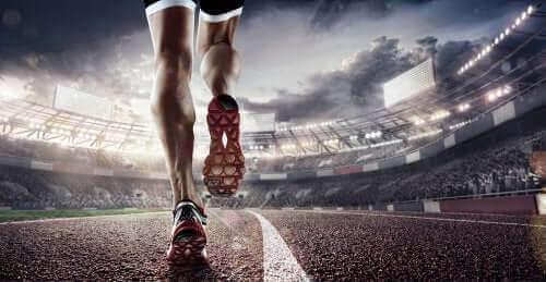 Mand løber på stadion
