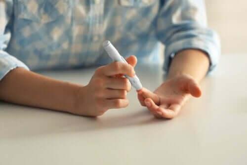 Person måler sit blodsukker